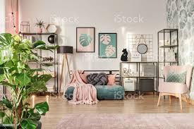 designersofa im wohnzimmer stockfoto und mehr bilder behaglich