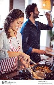 junges paar beim kochen mann und frau in der küche ein