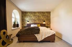 schlafzimmer mit ankleide in braun grün