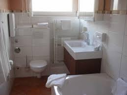 badezimmer auf wunsch auch mit badewanne picture of hotel