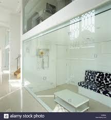 blick durch die glaswand des modernen wohnzimmer sofas mit