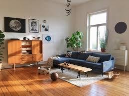 sonniges wohnzimmer im mid century stil bild kaufen