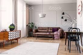 holzschrank innen helles wohnzimmer mit ledersofa und stühle am tisch echtes foto stockfoto und mehr bilder das leben zu hause
