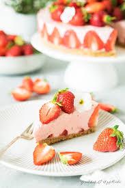 leckeres sommertörtchen no bake erdbeer schmand torte