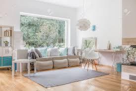 gemütliches helles wohnzimmer und große fenster