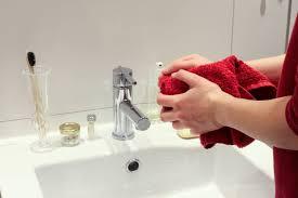 warum stinkt das waschbecken ursachen lösungen