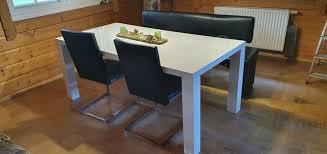 esszimmer mit tisch bank und 2 stühlen