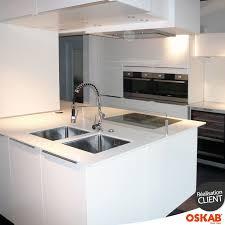 cuisine avec grand ilot central cuisine blanche brillante ultra moderne et spacieuse avec grand ilot