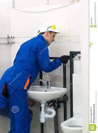 junger klempner installiert ausrüstung für badezimmer