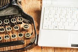 gros plan d un ordinateur portable moderne et une machine à écrire