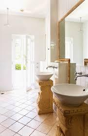 zwei runde waschbecken auf bild kaufen 11045744