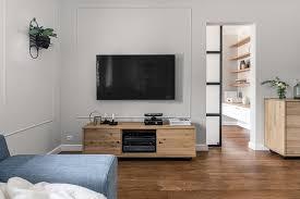 helles und geräumiges wohnzimmer im traditionellen stil