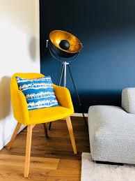 blauewand wohnzimmer kamelkissen blaue wand blaue wände
