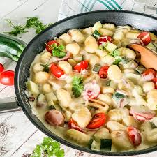 schnelle gnocchi gemüse pfanne mit zucchini tomaten und frischkäse