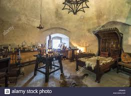 antike schlafzimmer und möbel im inneren prager burg