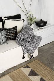 stilvolle decken und kissen wohnzimmer dekorieren kissen