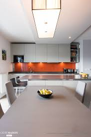 amenagement d une cuisine une cuisine blanche ouverte sur la salle à manger avec îlot central