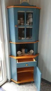 reserviert blauer eckschrank aus holz für das esszimmer