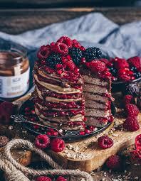 mandel pancakes mit heißen himbeeren und mandelcreme