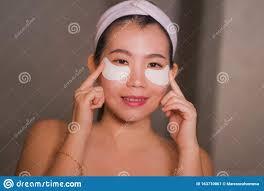 junge schöne und glückliche asiatische chinesen lächeln zum
