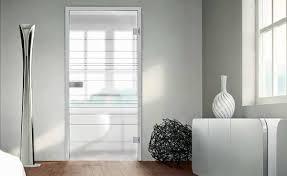 moderne raumgestaltung mit glastüren und designböden