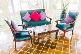 kissen sofa und sessel dekoration im wohnzimmer unter vintage lichtfilter