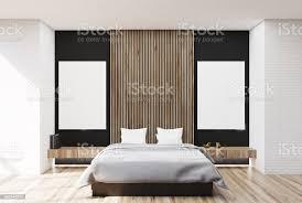 weiss schwarz und aus holz schlafzimmer zwei plakate stockfoto und mehr bilder boden