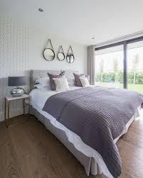 elegantes schlafzimmer in lila und grau bild kaufen