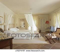 chambre en espagnol image blanc tentures sur moderne lit baldaquin iin