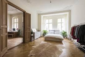 wunderschönes helles schlafzimmer in berliner altbauwohnung