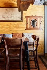 rustikales esszimmer mit holzverkleidung bild kaufen