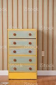 kommode mit schubladen in leere schlafzimmer stockfoto und mehr bilder boden