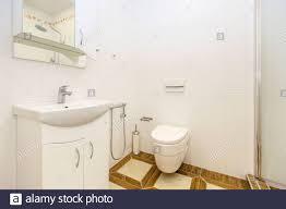 weißes bad im minimalistischen stil helle weiße fliesen
