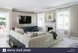 home schaufenster wohnzimmer mit schnittsofa stockfotografie