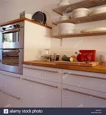 küche mit holz und edelstahl schränke und geräte und