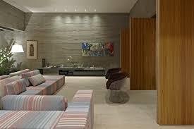 steinwand im wohnzimmer als starker ausdruck der zeitlosigkeit