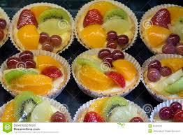 zitronen vanillepudding törtchen mit früchten stockfoto