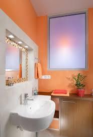 farbe im badezimmer streichen orange weisse fliesen mosaik