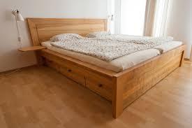 doppelbett mit schubkästen aus europäischem kirschbaum foto
