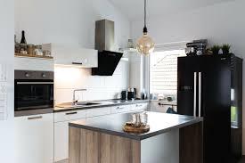 küche mit insel und side by side kühlschrank in top zustand
