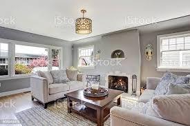 hellgrau wohnzimmer mit weißen sofas und kamin stockfoto und mehr bilder architektur