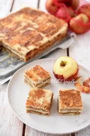 gestreuter tassenkuchen mit äpfeln