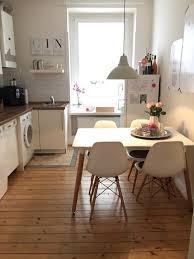 schlichte küche in weiß mit integriertem essbereich in einer