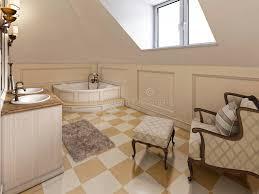 großer louge stuhl im badezimmer in provence im