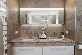 der moderne waschtisch mit einer massiven marmorplatte