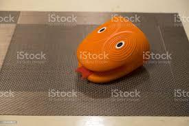 silikon küche backofen handschuh in form einem schlangenkopf stockfoto und mehr bilder accessoires