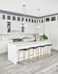 weiße küche mit mittelblock barhockern bild kaufen