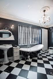 blick auf schwarz weiß teuer badezimmer