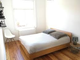 schlafzimmer bett holzbett eameschair vitra al