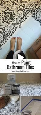 plancher de salle de bain au pochoir noir et blanc